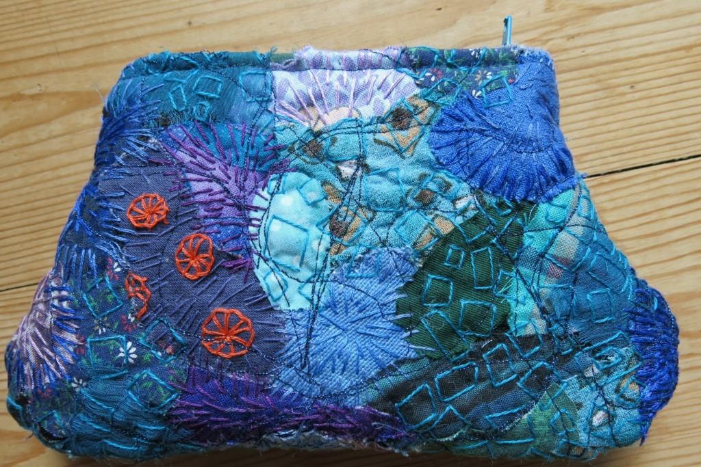 Margits lille pung med lynlås, frit hånd- og maskinbroderi, side A