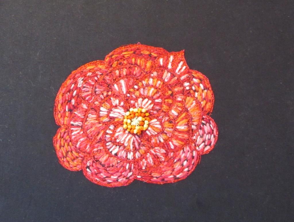 Hannes uldne rose, med maskinbroderi